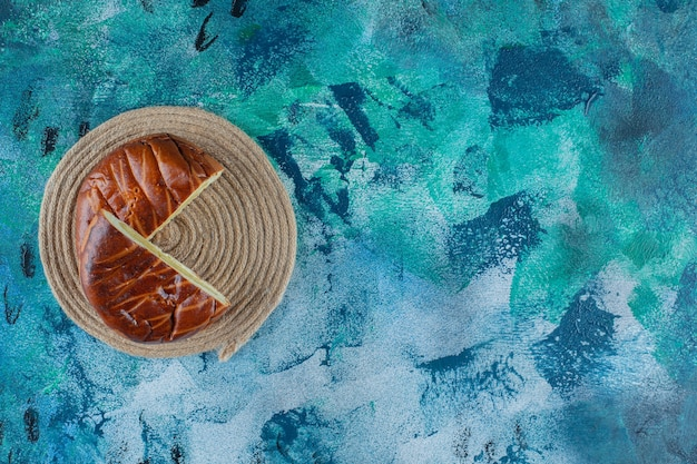 Pâtisseries sucrées sur un dessous de plat, sur la table en marbre.