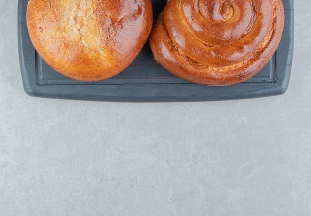 Pâtisseries sucrées sur tableau noir.