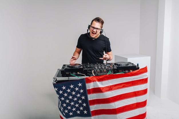 Patriot moderne avec une table de mixage dj écoute de la musique. patriot avec un mixeur dj écoute de la musique
