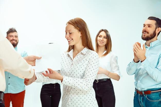 Patron approuvant et félicitant un jeune employé prospère