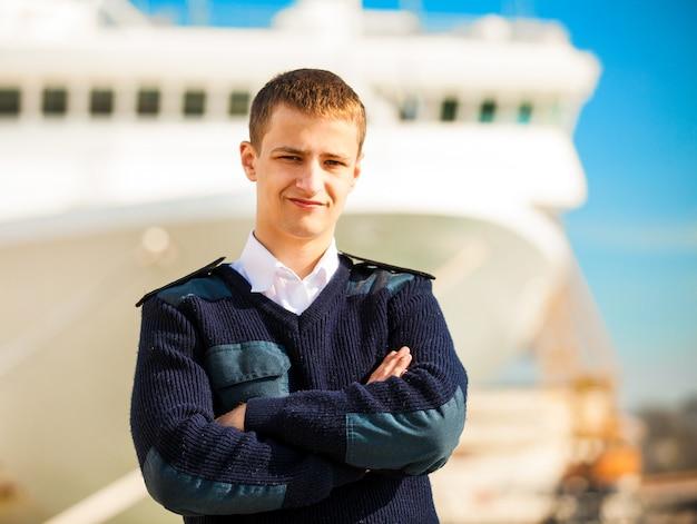 Patron de bateau près du bateau