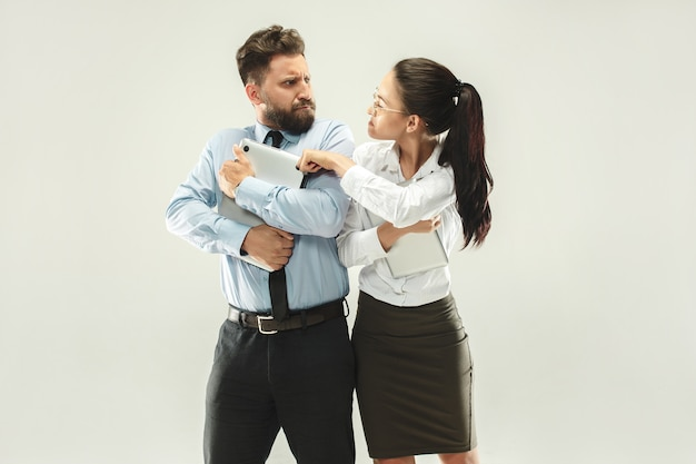 Patron en colère. femme, secrétaire, debout, bureau