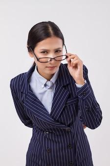 Patron de femme d'affaires bouleversé en colère vous regarde