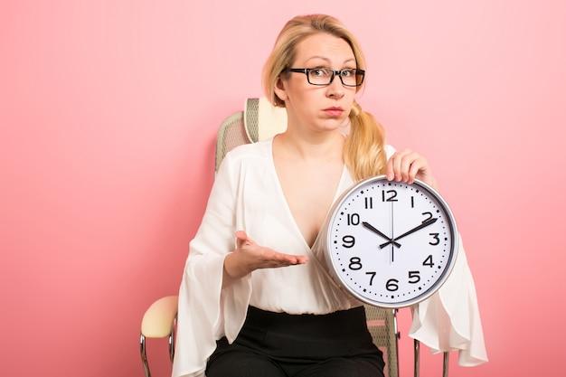 Patron de femme d'affaires avec des horloges
