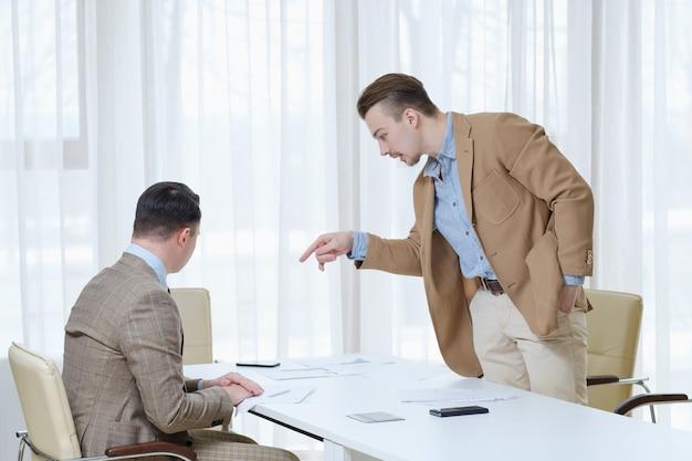 Patron grondant un employé. des relations d'affaires