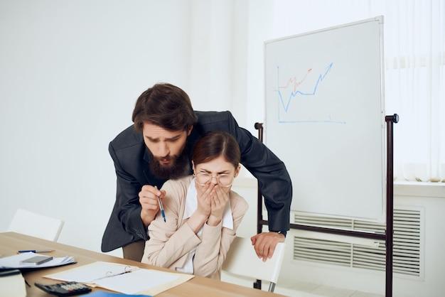 Patron harcelant secrétaire harcèlement violence problème conflit
