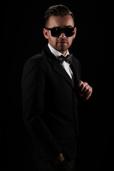 Patron, monsieur. homme d'affaires attrayant en costume noir