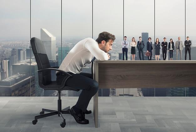 Le patron sélectionne les candidats appropriés sur le lieu de travail. concept d'équipe de recrutement et de travail