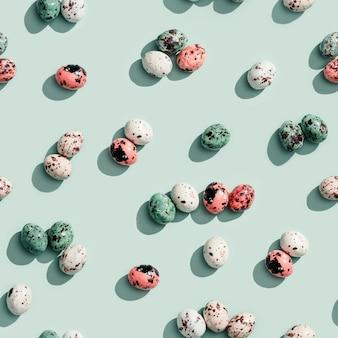 Patterrn sans couture avec des œufs de caille au chocolat colorés. petits oeufs, impression de vacances de pâques de printemps.