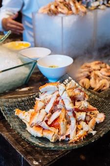 Pattes de crabe royal de l'alaska fraîches et bouillies en rangée buffet.