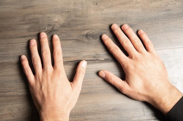 Paumes mâles sur une table en bois