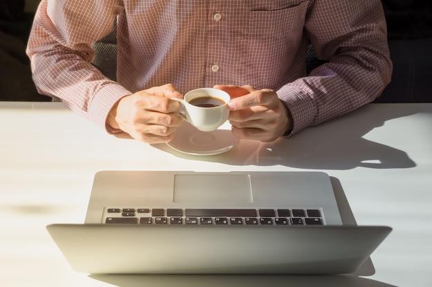 Pause-café au bureau lumineux