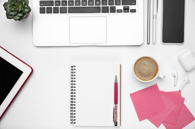 Pause café. maquette à plat. espace de travail féminin de bureau à domicile, copyspace. lieu de travail inspirant pour la productivité. concept d'entreprise, de mode, d'indépendant, de finance et d'art. couleurs pastel à la mode.