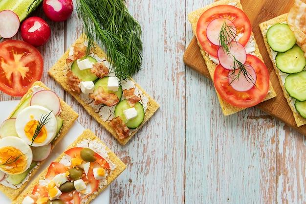 Pause collation, sandwichs vue de dessus des aliments sains