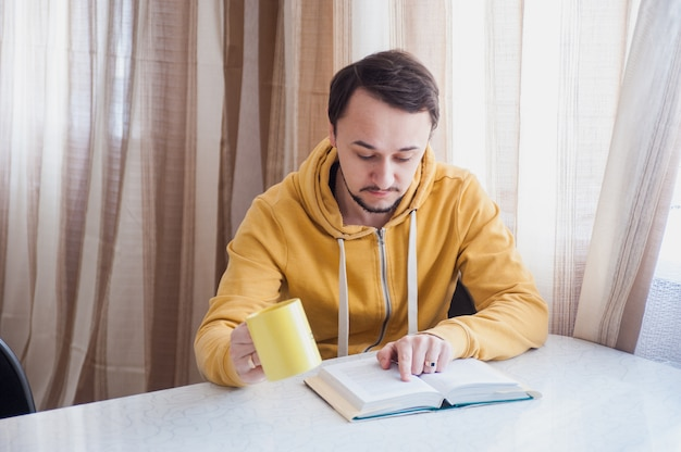 Pause déjeuner avec un livre et du thé