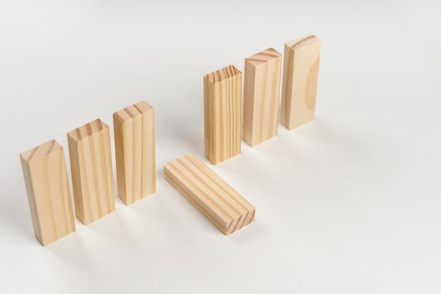 Pause grand angle entre les blocs de bois tombant