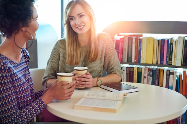 Pause pour un bon café et un bon livre