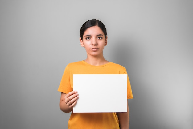 Pauvre jeune femme asiatique en chemise jaune proteste