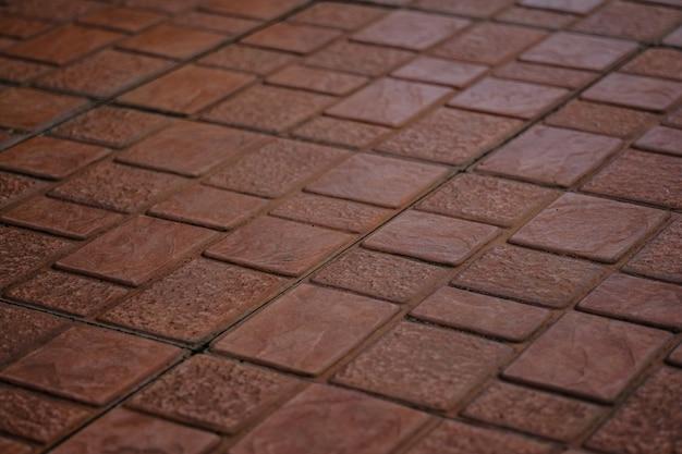 Pavé de briques brunes posé comme surface de la route