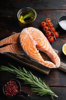 Pavé de saumon cru aux herbes, sur la vieille table en bois.