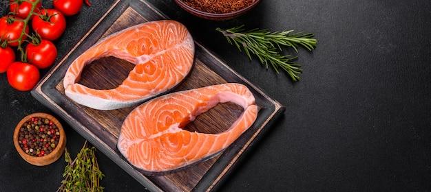 Pavé de saumon cru frais aux épices et herbes préparé pour la cuisson grillée. nourriture de fruits de mer saine