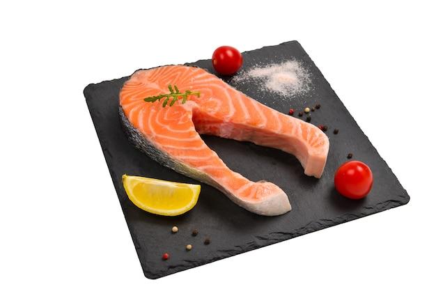 Pavé de saumon cru isolé sur blanc.
