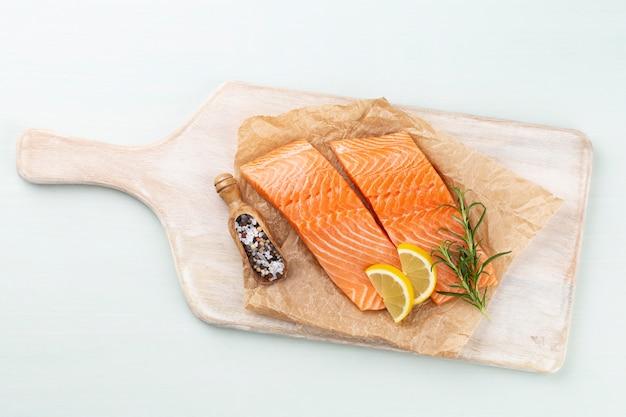 Pavé de saumon frais aux épinards et lentilles.