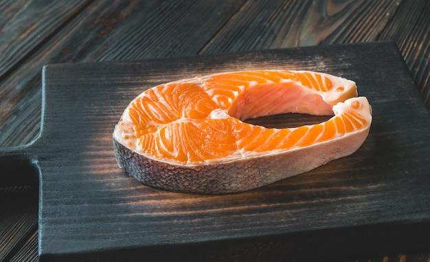 Pavé de saumon sur le plan rapproché de planche de bois