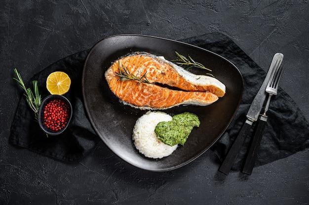 Pavé de saumon rôti avec garniture de riz et d'épinards. fruits de mer sains. vue de dessus