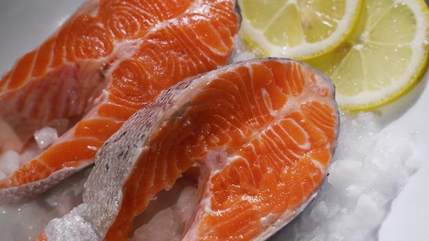 Pavés de saumon et filet de saumon pavés et filet de saumon frais sont disposés sur glace