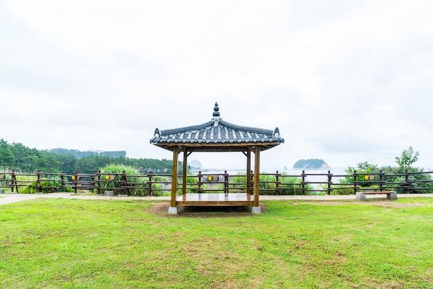 Pavillian coréen à jeju-do oedolgae rock park, dans l'île de jeju