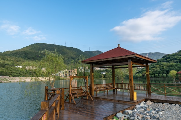 Un pavillon au bord du lac à la campagne