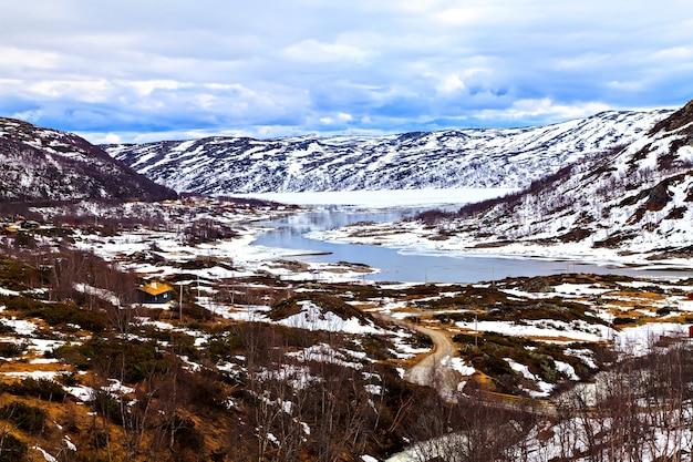 Pavillon de chasse solitaire au milieu des montagnes