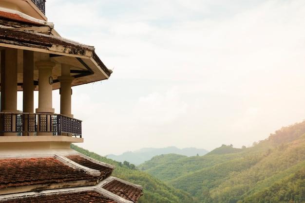 Pavillon chinois (partie d'un pavillon) avec vue sur la montagne.