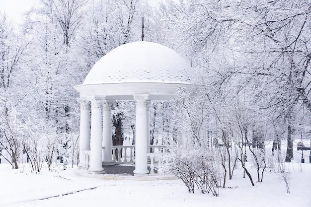 Le pavillon dans le parc après les fortes chutes de neige