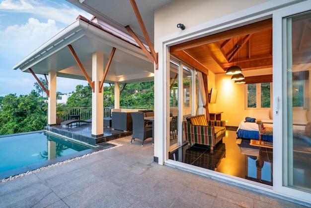 Pavillon design extérieur de la villa avec piscine et chambre à coucher