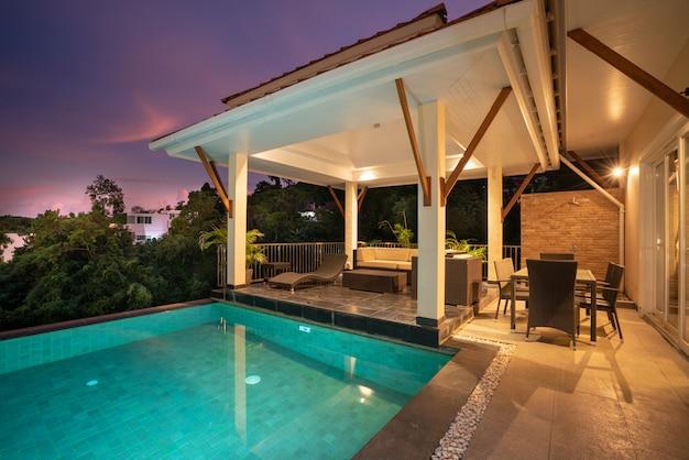 Pavillon design extérieur de la villa avec piscine