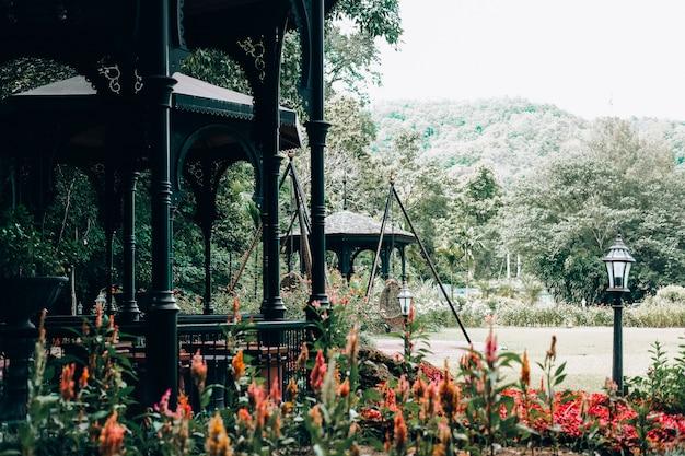Pavillon gazebo dans le parc de jardin