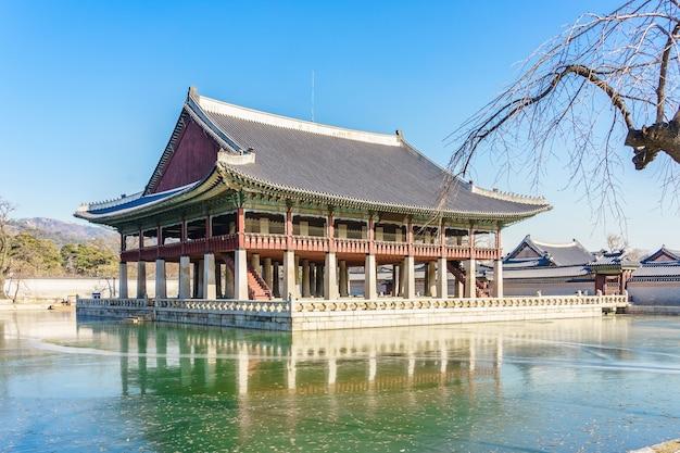 Le pavillon gyeonghoeru est un bâtiment du palais de gyeongbokgung.
