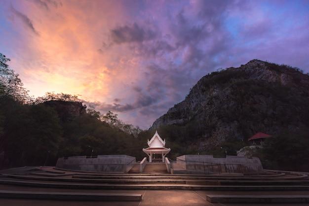 Pavillon avec montagne et skys.