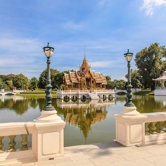 Pavillon de style thaïlandais sur ciel bleu
