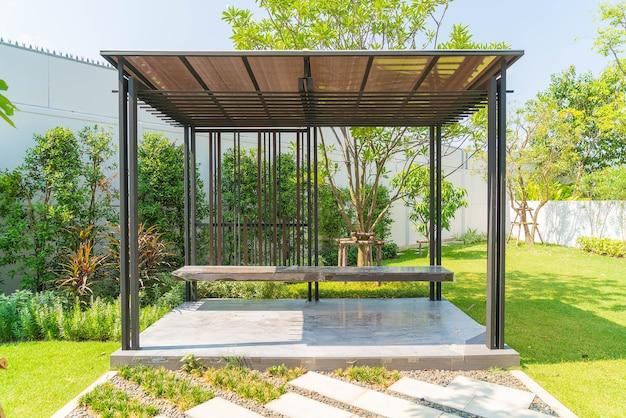 Pavillon vide dans le jardin