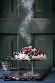 Pavlova dessert aux baies fraîches