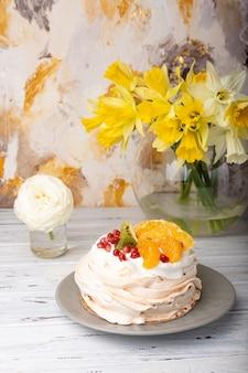 Pavlova est un gâteau à base de meringue garni de fruits et de crème fouettée