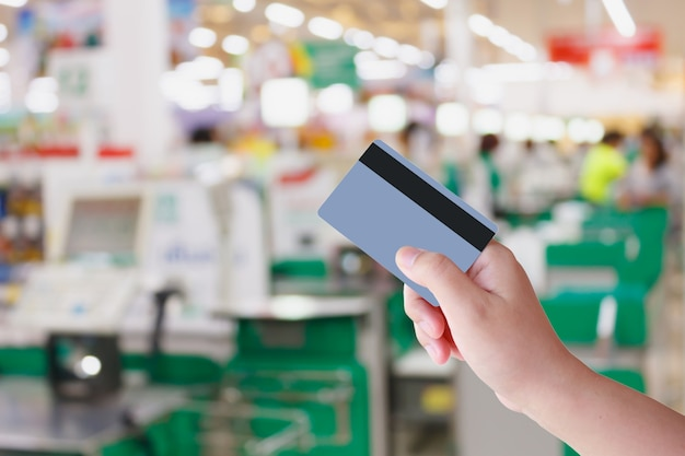 Payer la carte de crédit pour les achats au supermarché