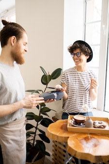 Payer avec un gadget dans un café