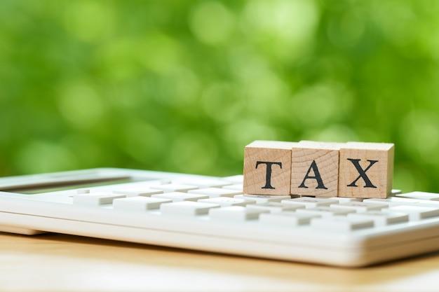 Payer le revenu annuel (tax) de l'année sur la calculatrice. en utilisant comme arrière-plan