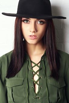 Pays fille dans le chapeau et vert chemisier, portrait