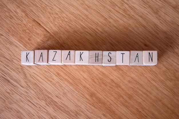Le pays kazakhstan écrit sur des cubes en bois sur fond de bois,