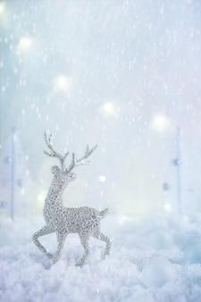 Pays des merveilles d'hiver glacial avec des cerfs, des chutes de neige et des lumières magiques. concept de voeux de noël